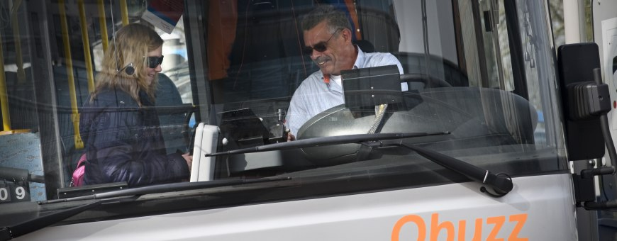 Passenger getting on a Qbuzz bus and talking to bus driver